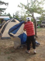 テント設営中2